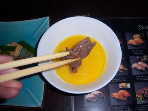 fettina di carne di sukiyaki immersa nell'uovo