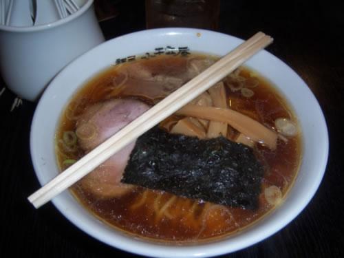 Ramen preso in un ristorante a tokyo