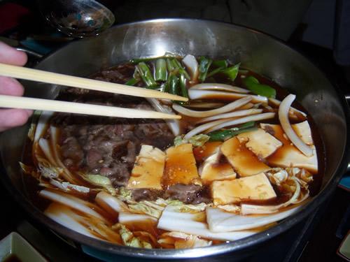 primi ingredienti nella pentola del sukiyaki