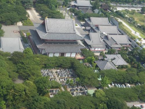 tempio con cimitero annesso visibile dalla Tokyo Tower