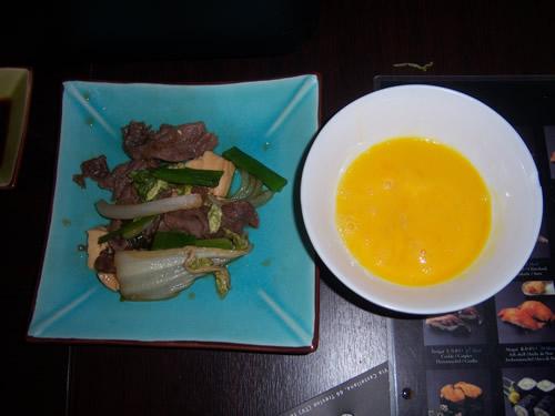uovo sbatutto per intingere gli ingredienti del sukiyaki cotti