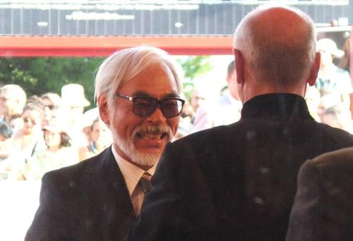 Hayao Miyazaki viene accolto dal direttore della Mostra del Cinema di Venezia Marco Muller
